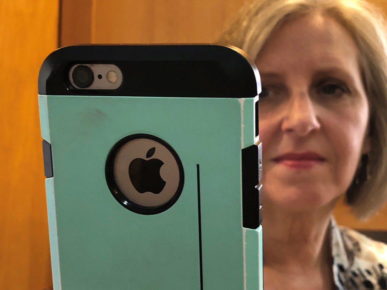 蘋果早期投資人費恩6月12日在紐約州佩漢家中用舊款iPhone確認蘋果最新股價。...