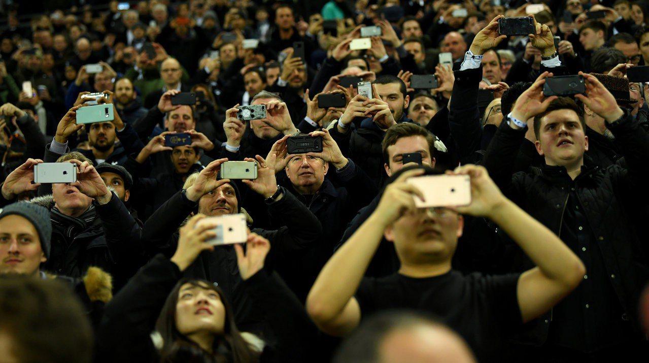 英國通訊傳播管理局研究發現,英國人每12分鐘會查看一次手機,每周上網長達24小時...