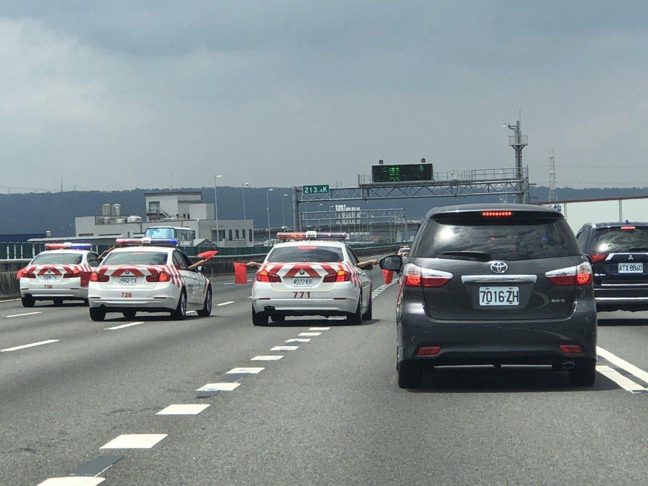 為了總統維安,國道警察以警車擋住高速公路五個車道,立委批評影響交通和國道警察安全...