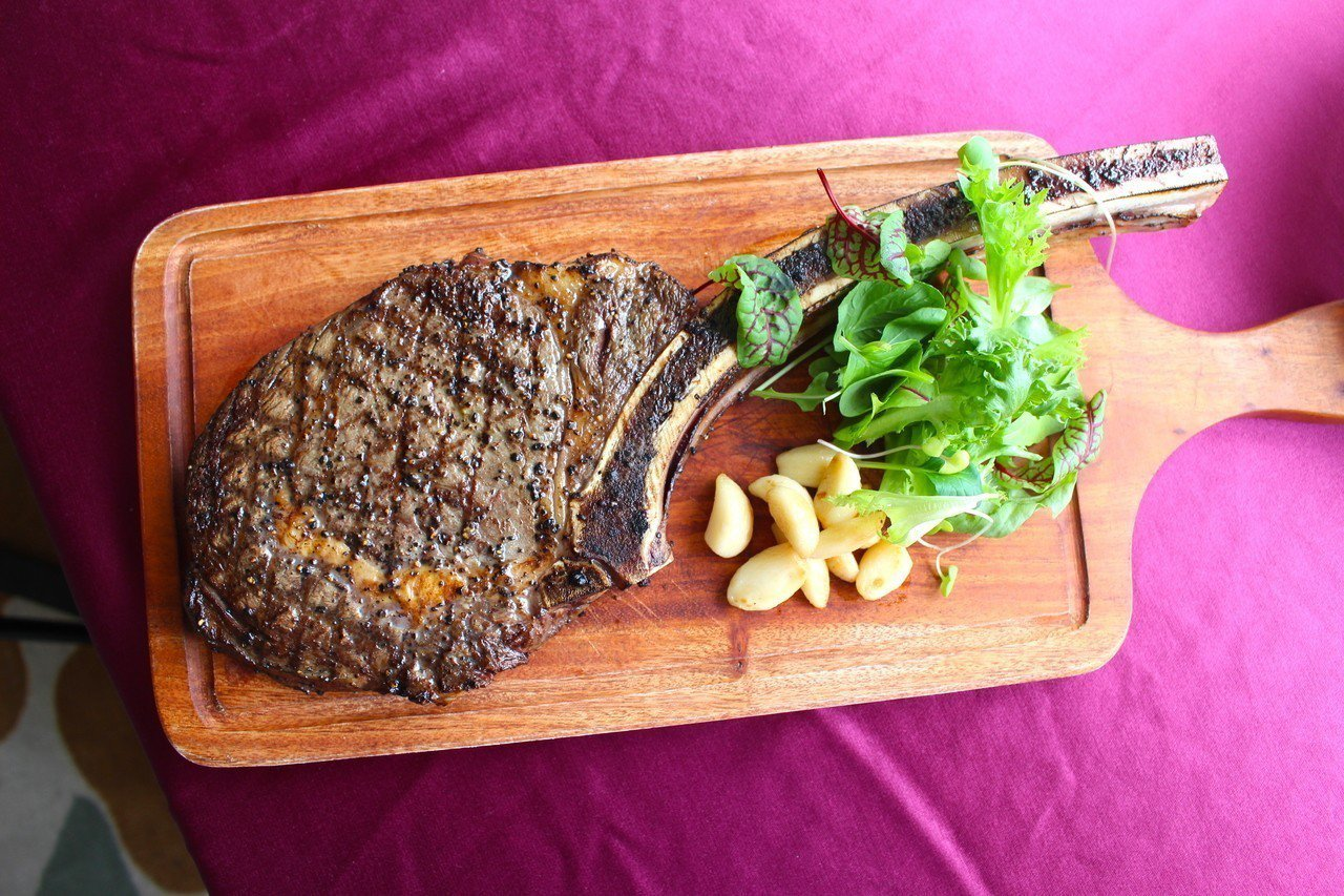 戰斧牛排選用澳洲草飼等級牛種,並以猶太鹽、研磨胡椒及義大利橄欖油,分部抹灑在戰斧...