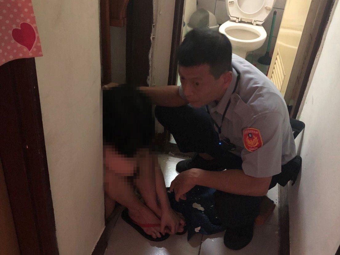 顏姓女子因產後憂鬱及經濟狀況等因素,在家中浴室內反鎖企圖燒炭輕生,員警破門救人。...