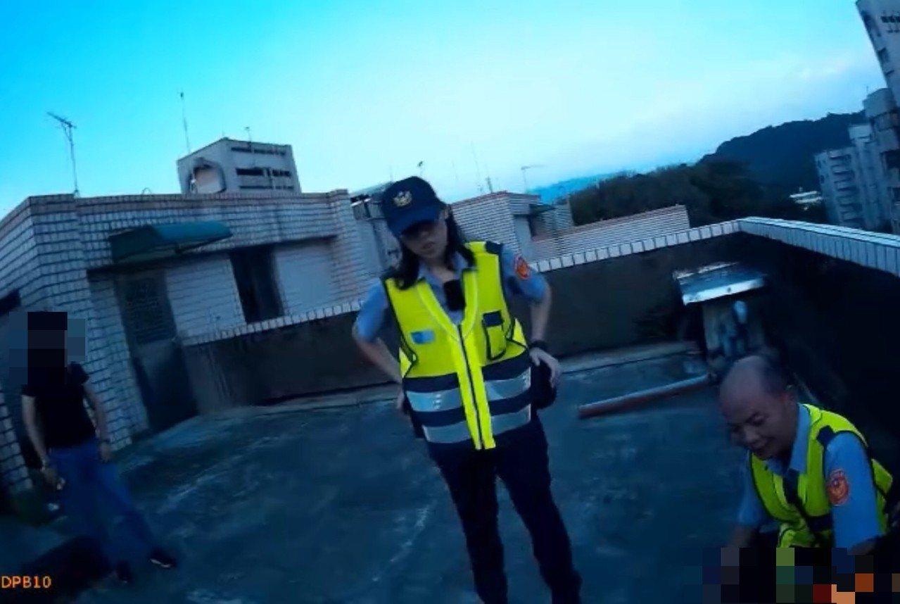 基隆一對姊弟日前因為吵架,弟弟一氣之下跑到頂樓想要跳樓輕生,幸好被員警勸阻化解。...