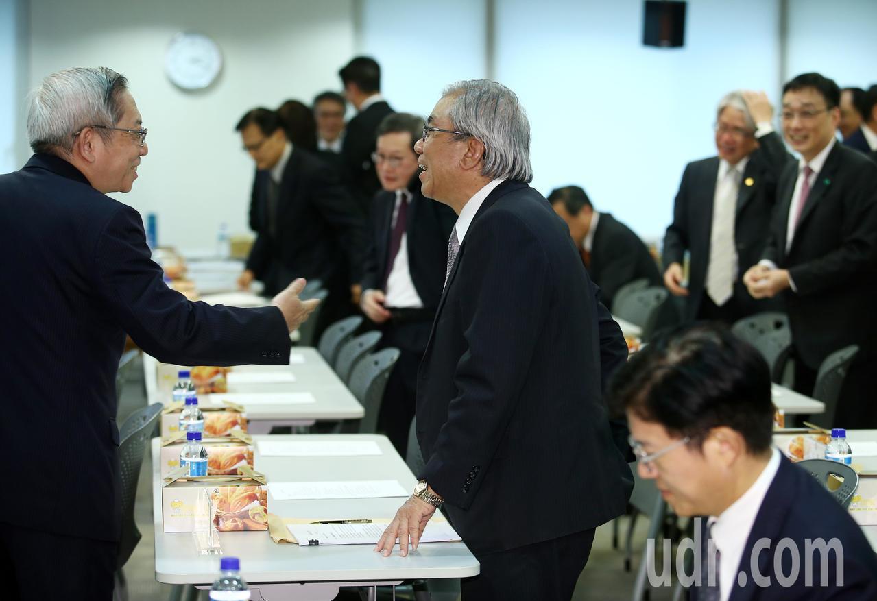 金管會邀集金控公司及銀行業者舉行座談會,各公司負責人早早抵達會場,握手打招呼,雖...