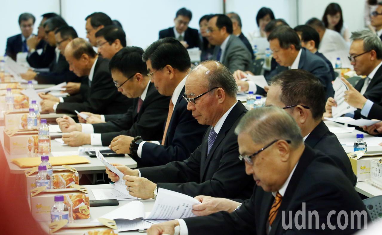 金管會邀集15家金控公司負責人及國內外銀行業者舉行座談會,希望針對金管會的「金融...