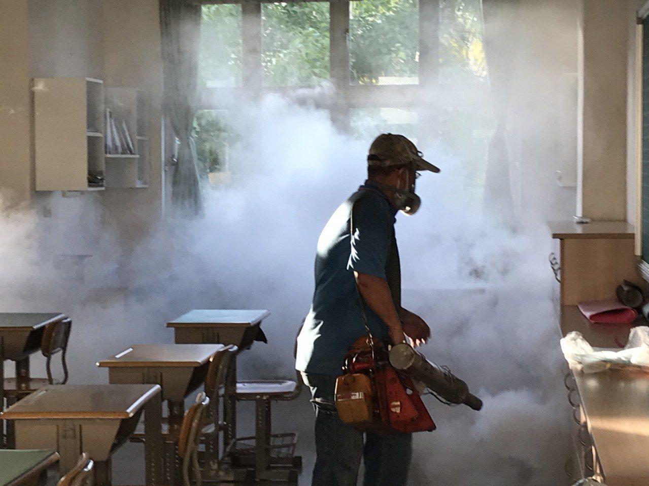 教師赴東南亞旅遊感染登革熱,病毒血症期間到校上課,防疫團隊在教室噴藥滅蚊。圖/高...