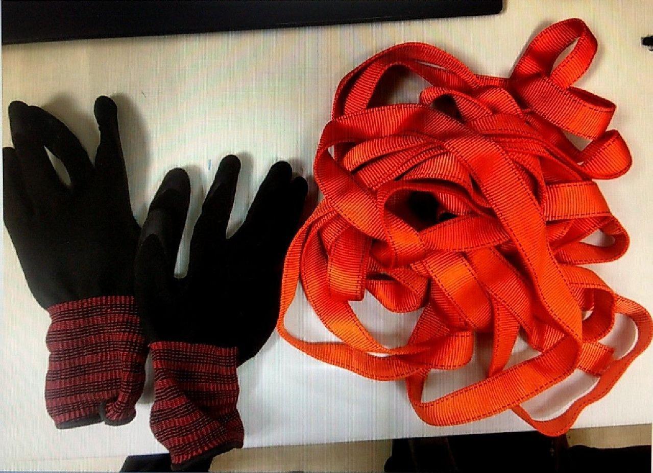 兩名男大學生前往台北101大樓玩「極限運動」,圖為他們的手套、繩索。記者李奕昕/...