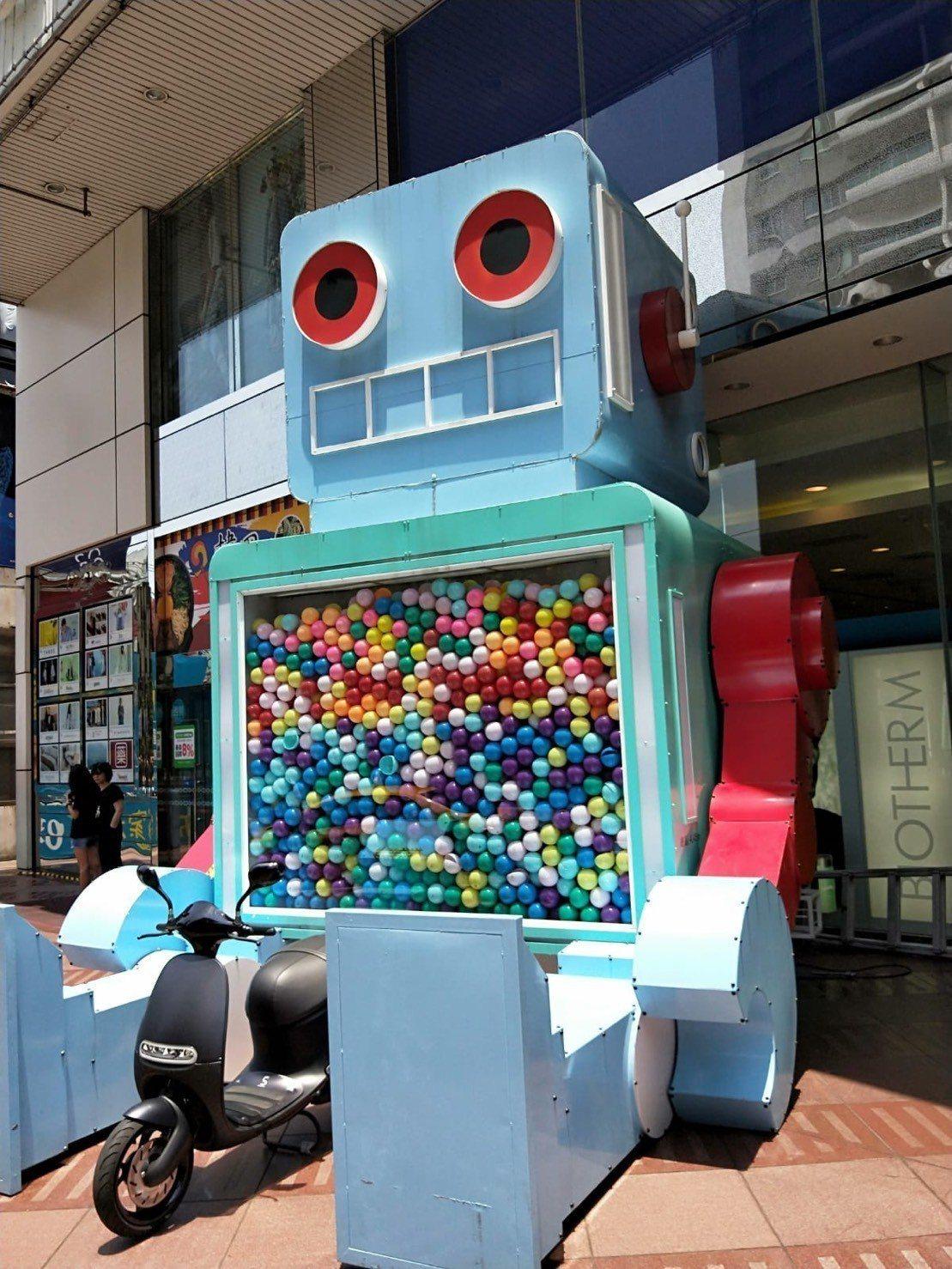 中壢SOGO一樓廣場大型扭蛋機「米茲機器人」,邀請爸爸們試手氣有機會把gogor...