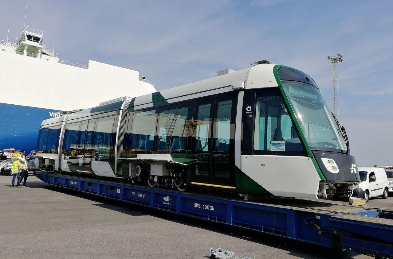 雖然高雄輕軌二階工程受到部分路段居民的抗議並暫停,二階首列輕軌列車今天已離比利時...