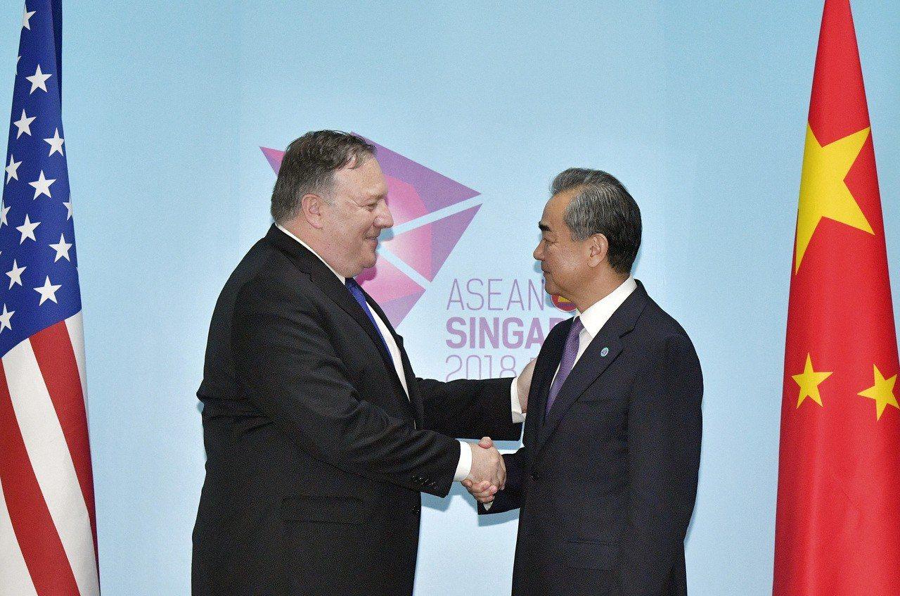 美國國務卿龐培歐(左)與中國大陸外長王毅(右)3日在新加坡的東協會議舉行場邊會談...