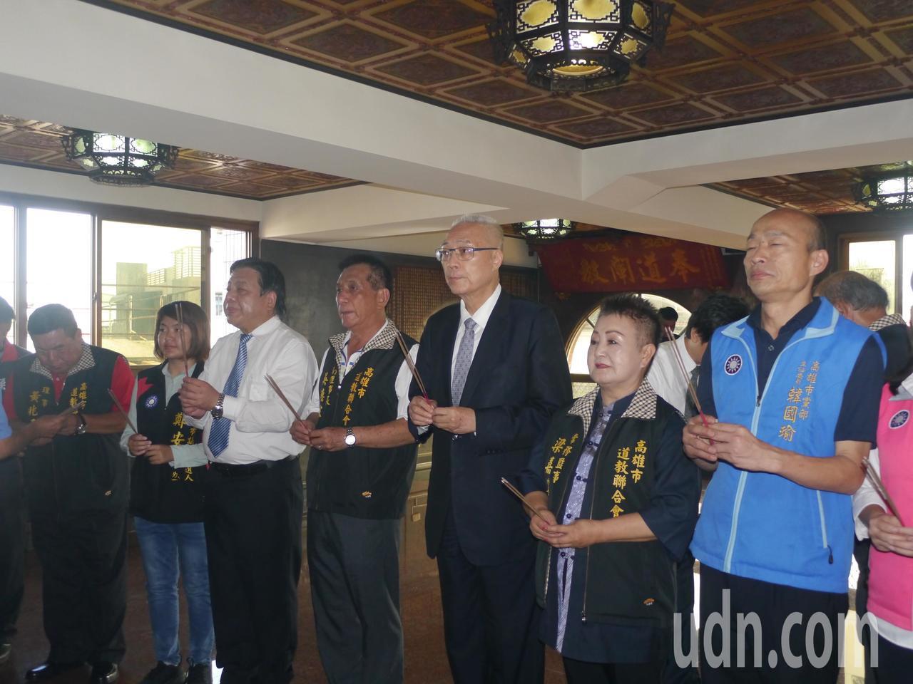 吳敦義(右三)率韓國瑜(右一)與多名市議員參選人爭取道教界人士支持。記者徐白櫻/...