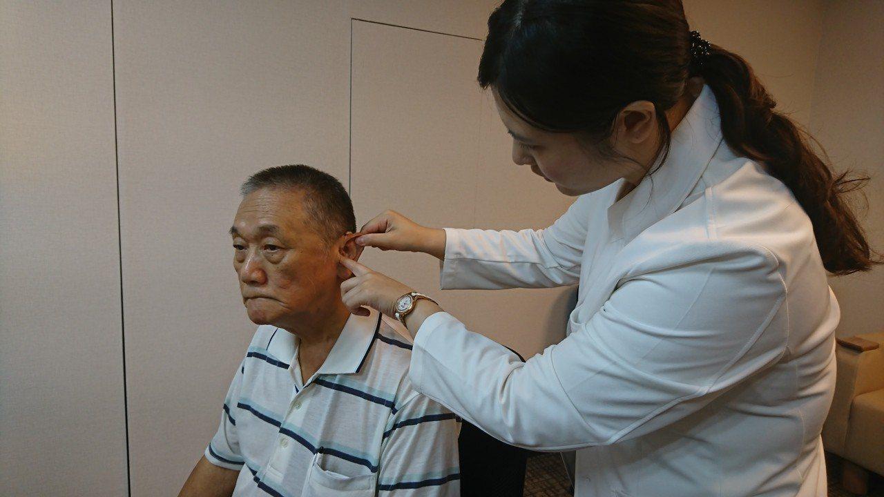 長輩對配戴助聽器有不小的心理負擔,可先向專業人員諮詢,並實際試戴確認舒適度。圖/...