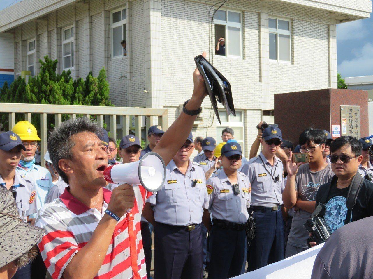 近300名鄉民拒絕領中油慰問金,今天手持白布條及抗議標語,在鄉長吳政杰(左前一)...