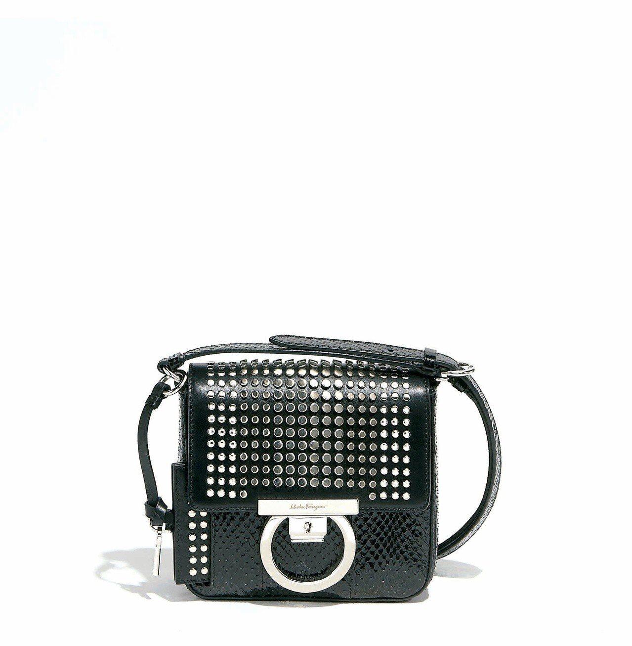 Gancino Lock黑色蛇皮與小牛皮拼接肩背包,售價68,900元。圖/Sa...