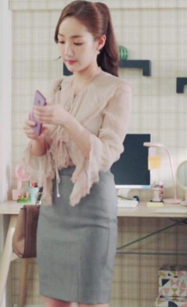 朴敏英身穿Blumarine粉膚色領結襯衫,售價36,500元。/Blumari...