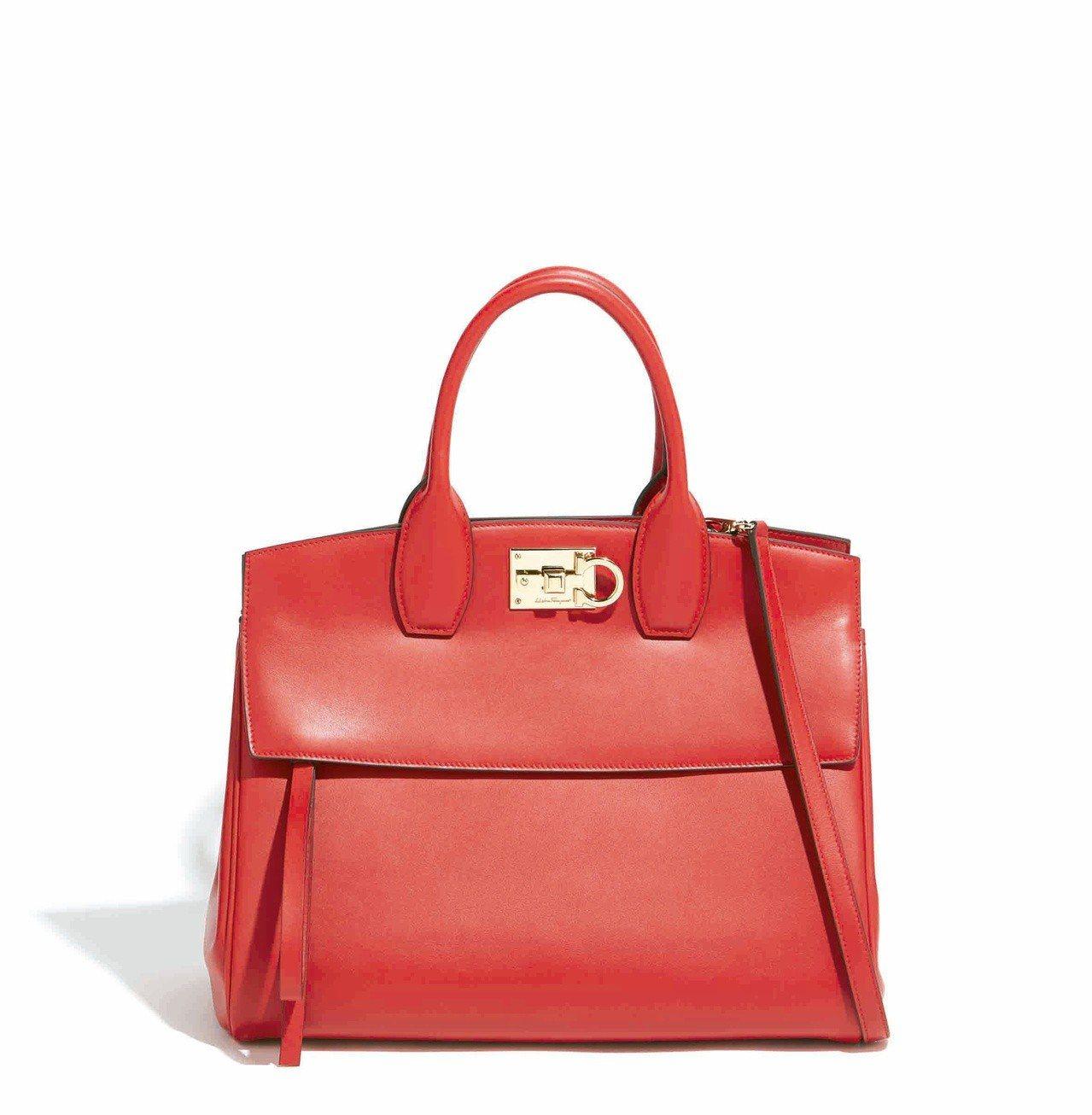 Studio紅色牛皮手提包(中),售價77,900元。圖/Salvatore F...