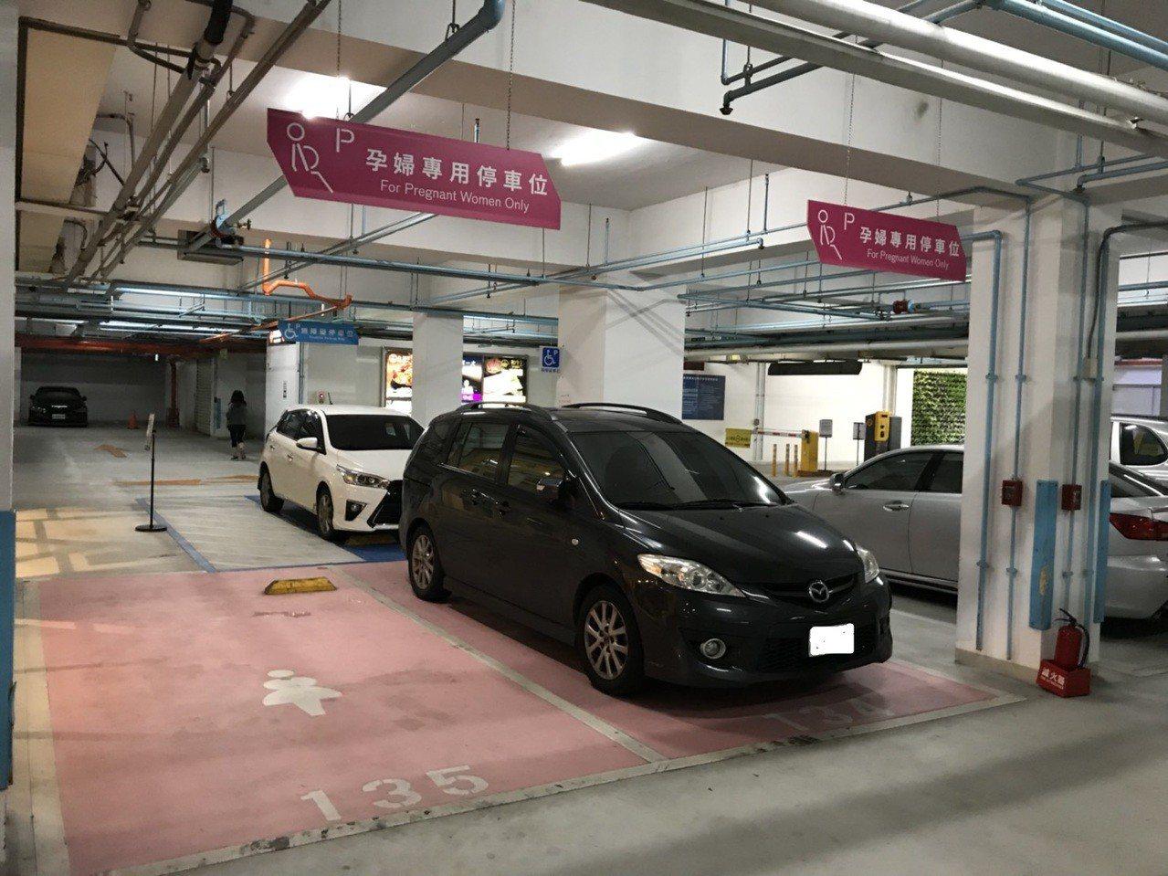 嘉義市秀泰廣場原先即設有孕婦專用停車格。記者姜宜菁/攝影