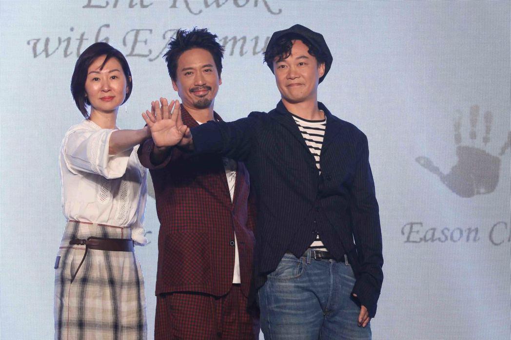 陳奕迅(右起)簽進首位藝人郭偉亮,左為經紀人甘菁菁。圖/環球提供