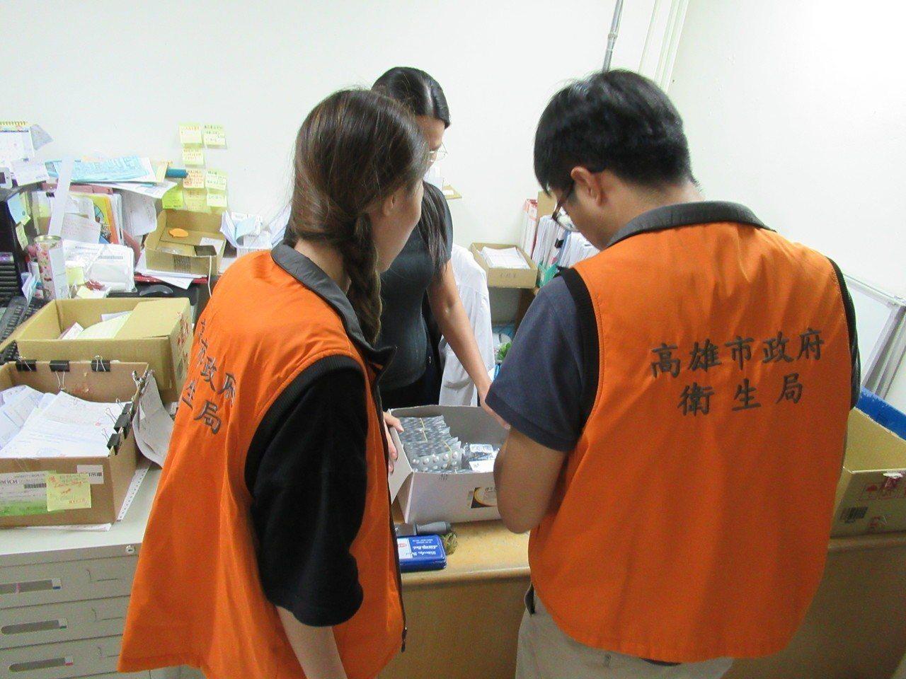高雄市衛生局到醫療院所查察問題藥品的回收。圖/高雄市衛生局提供