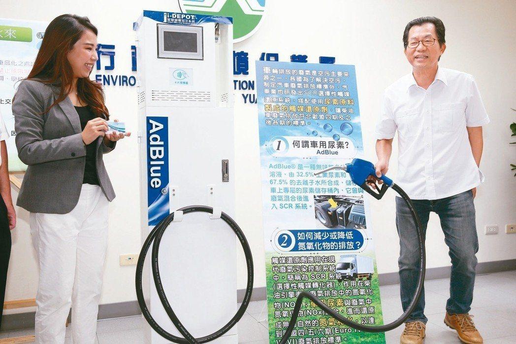 環保署長李應元(右)澄清逼迫出廠10年以上舊車強制淘汰是不實說法,未來管制政策是...