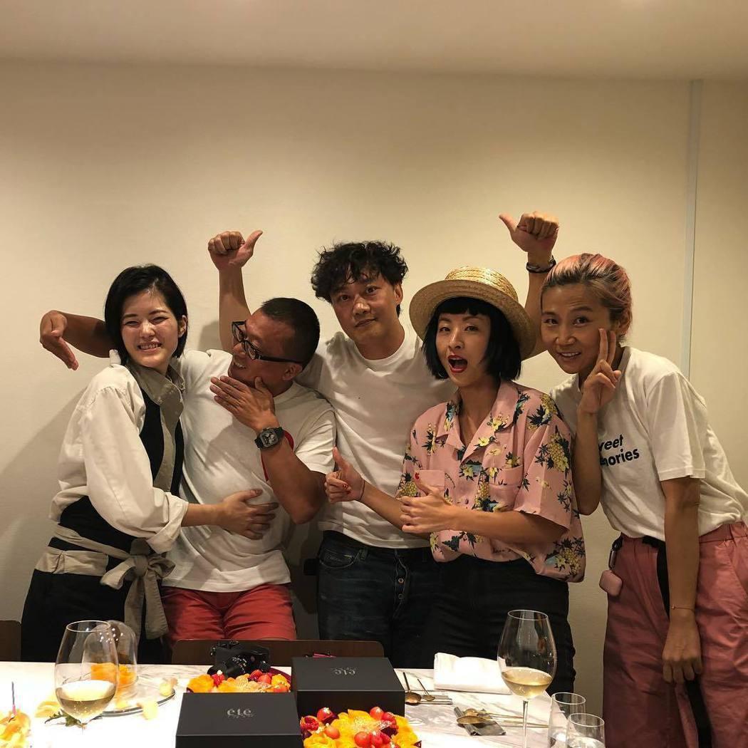 陳奕迅(中)上月跟老婆徐濠縈(右二)及友人一起慶生。圖/摘自IG