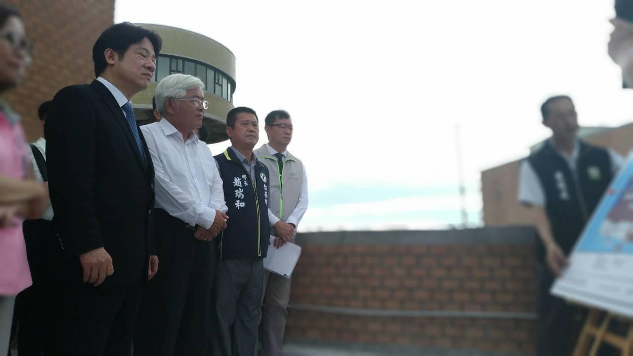 行政院長賴清德(左二)到雲林縣台西鄉農委會水產試驗所,聽取水試所人員漁電共生報告...