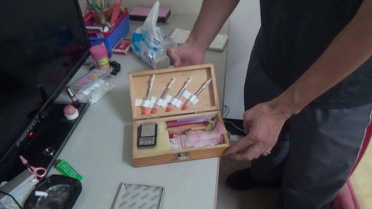 為了買毒,張姓嫌犯破壞車輛偷車內財物,今天逮捕起出毒品。圖/北港分局提供