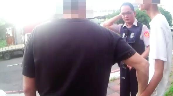 陳父(左)抓著陳男的手,勸他誠實向員警坦承。記者江婉儀/攝影