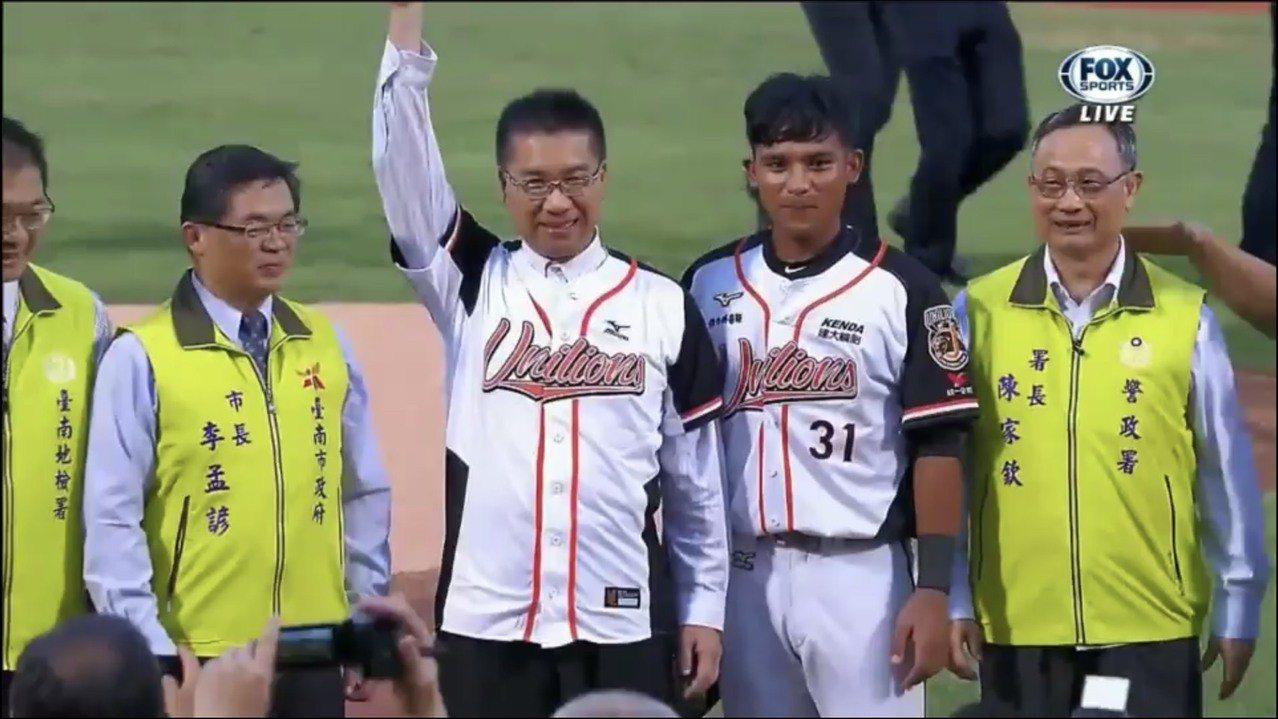 台南市警察局主辦的107年青春專案「職棒饗宴—反毒GO」前天晚間在台南市立棒球場...