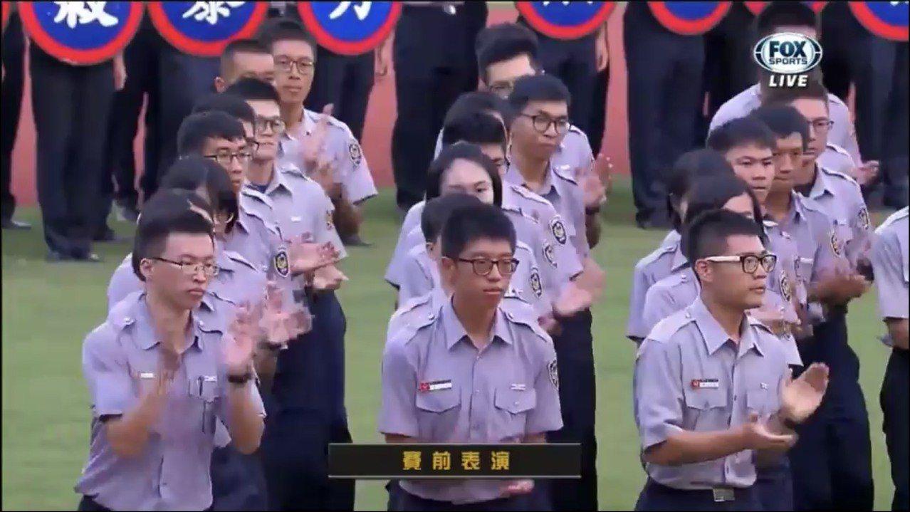 徐國勇開球前,警專實習生旗隊進場表演。記者袁志豪/翻攝