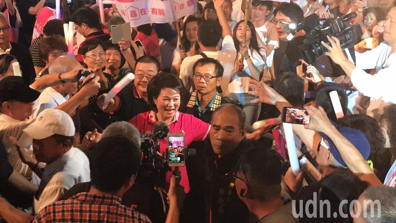 無黨籍嘉義市長參選人蕭淑麗(中)今天成立競選總部,超過萬人到場支持,現場當選聲不...