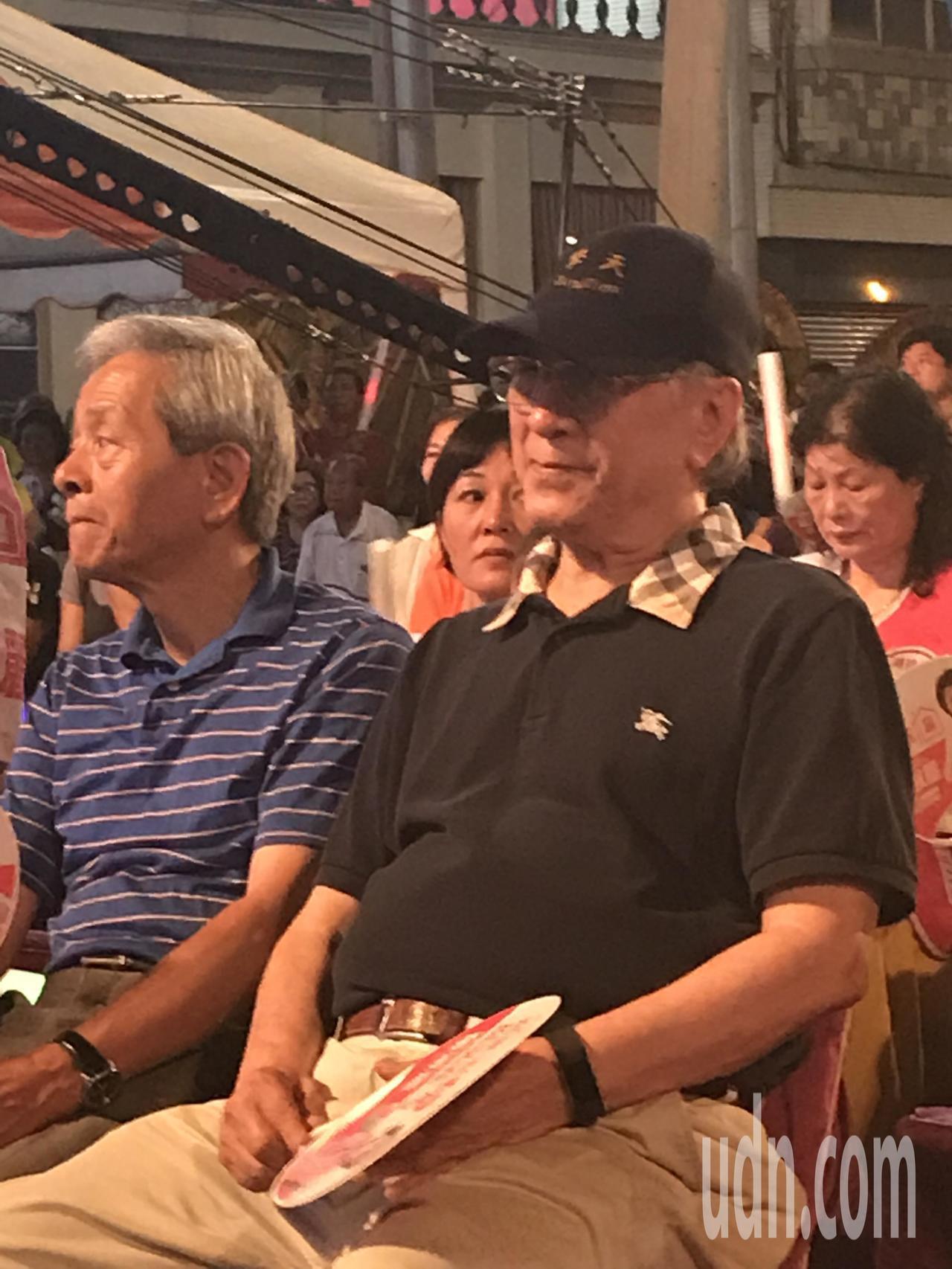 耐斯集團副總裁陳鏡仁(右)現身在蕭淑麗的競總成立,面對記者追問笑笑部回應,一舉一...