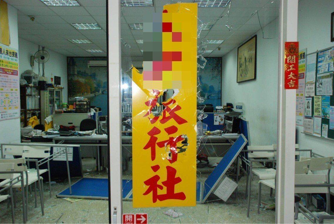 台北一家旅行社遭惡煞快閃砸店。記者蕭雅娟/翻攝