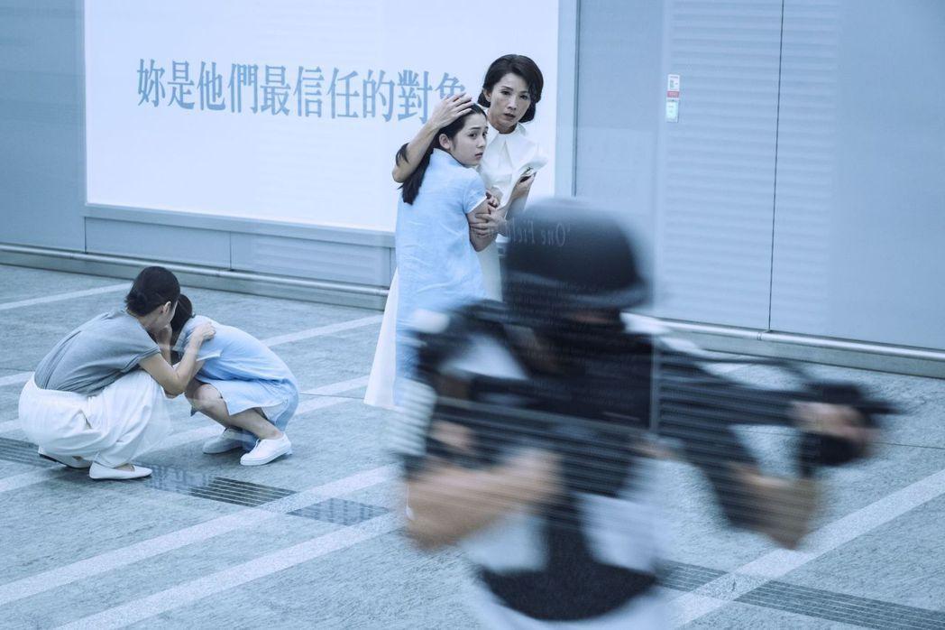 葉全真、吳兆絃在桃園機場捷運拍攝200人動作戲,打造科幻場面。圖/公視提供