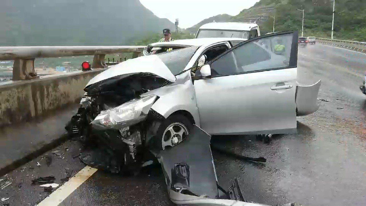基隆市大武崙通往新北市萬里的澳底橋,今下午4時許發生兩車追撞車禍。記者游明煌/翻...