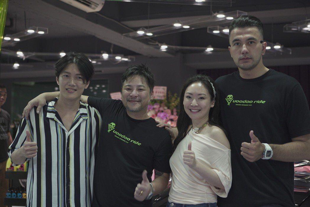 黃志瑋(右起)、王俐人、汽車美容品牌負責人SAM、陳傑瑞出席開幕活動。圖/Voo...
