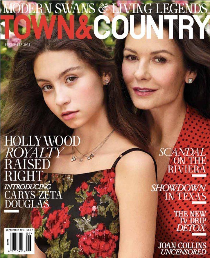 凱薩琳麗塔瓊斯首度和14歲的女兒凱莉絲一起登上雜誌封面。圖/摘自Town & C