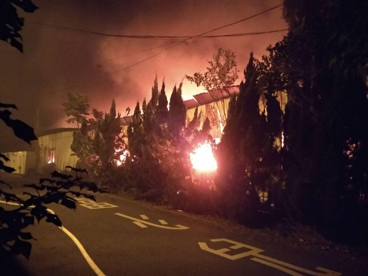 桃園市平鎮區民族路雙連段,一家沙發家具公司廠房,今晚8時30分許發生火災,火勢延...