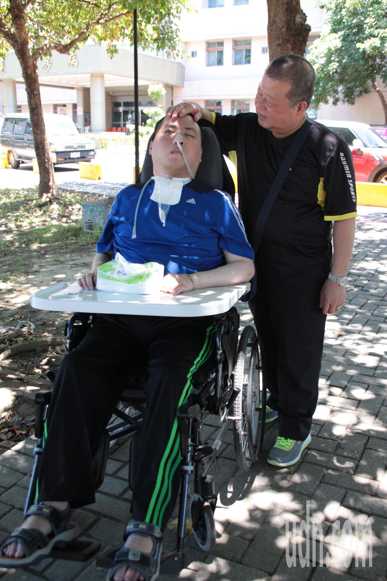 180公分的徐國維身材壯碩,年輕時更是校內棒球隊選手,卻在當兵時中風癱瘓,家屬擔...