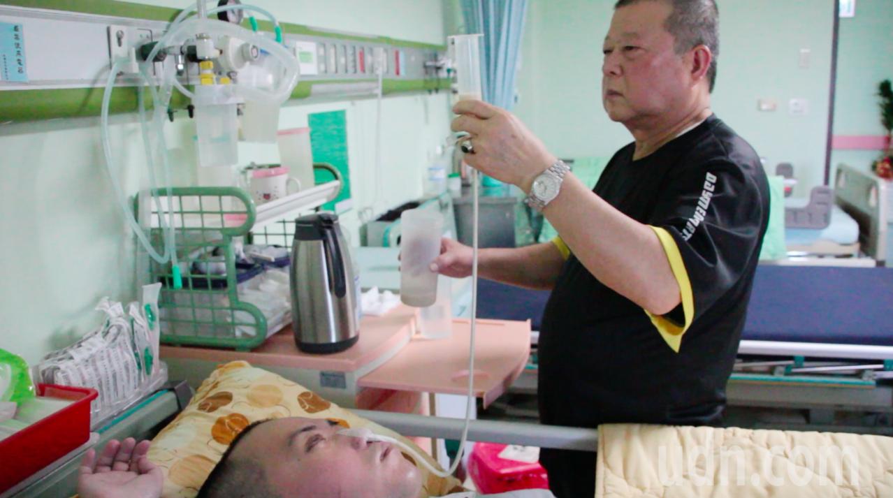 由於長期灌食牛奶等高營養品,徐國維即便長期臥床,皮膚狀況仍相當好,父親徐木聰如此...