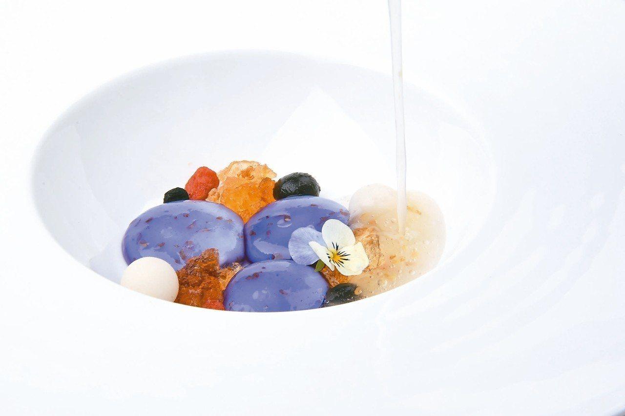 甜點黑枸杞藕粉凍手工桂花釀,顏色鮮豔令人驚豔。 圖/蘭餐廳提供