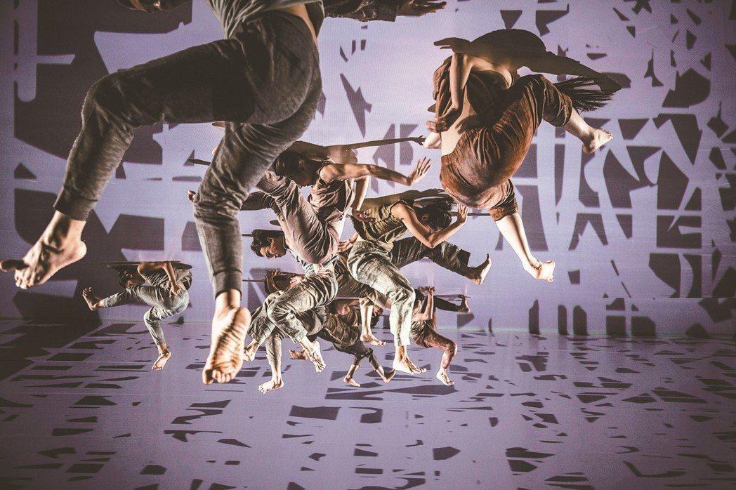 「關於島嶼」給台灣的情書 雲門舞集今晚7時30分在屏東縣立田徑場演出藝術總監林懷...