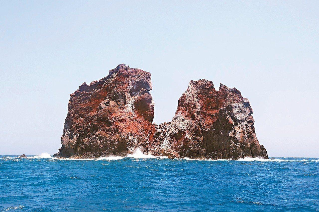 今年7月底颱風過後拍到的花瓶嶼,外型已可見崩塌成雙峰。 圖/基隆市野鳥學會提供