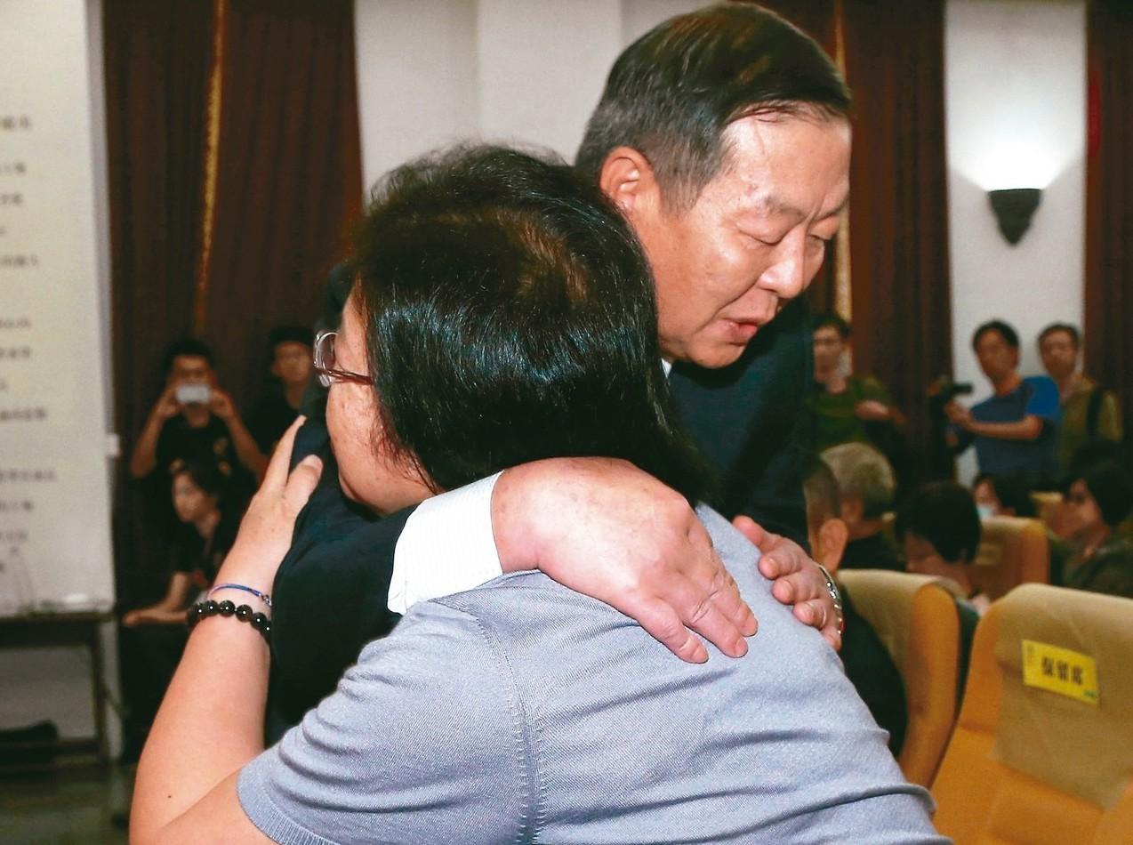 海軍司令黃曙光(右)代表海軍向受害者家屬陳碧娥(左)道歉,相互擁抱。 記者林澔一...