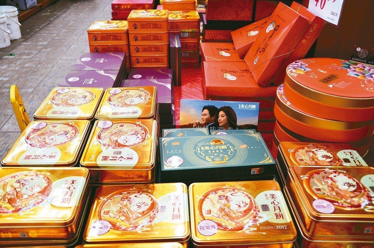 去年被網友熱炒的香港美心流心奶黃月餅,今年仍熱賣。 記者牟蘭/攝影