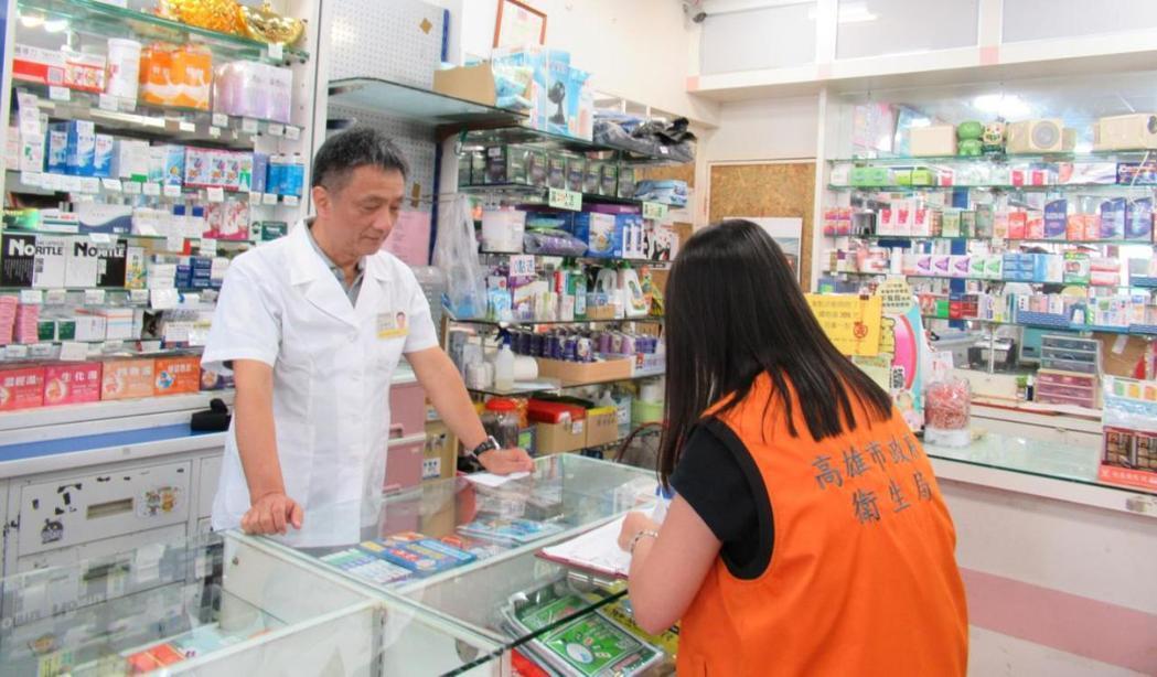 台灣降血壓藥疑用到大陸問題原料藥,高雄市衛生局到醫療院所及藥局稽查回收藥物。 圖...