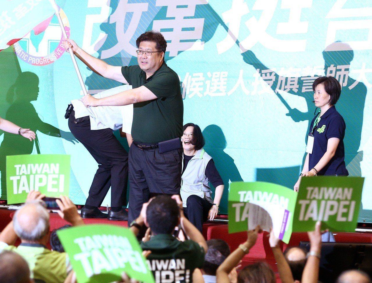 蔡英文總統昨天為黨提名人授旗加油時,一不小心絆倒跌坐舞台上,國安人員趨前扶起,但...
