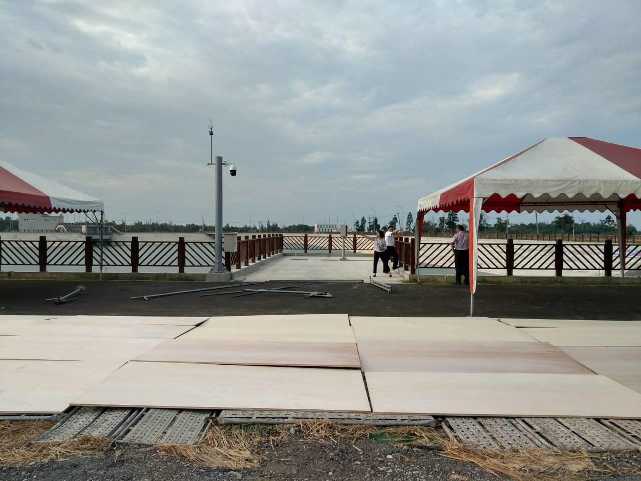 兩岸通水進入倒數,田埔水庫受水池的會場正在進行最後的整備作業。 記者蔡家蓁/攝影