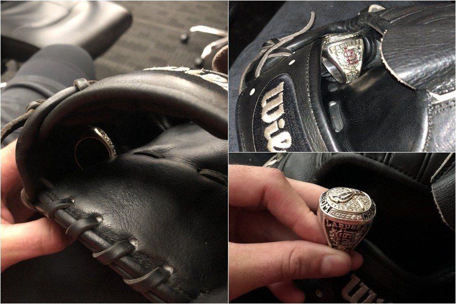前紅雀總教練拉魯薩把冠軍戒遺留在投手凱利的手套裡。 截圖自凱利推特