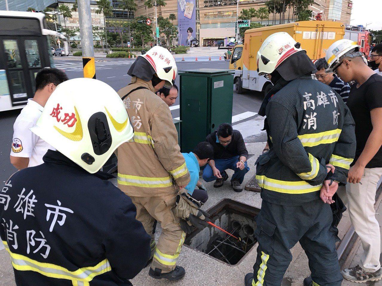 捷運公司人員、警方、消防人員到場查看。 記者劉星君/翻攝