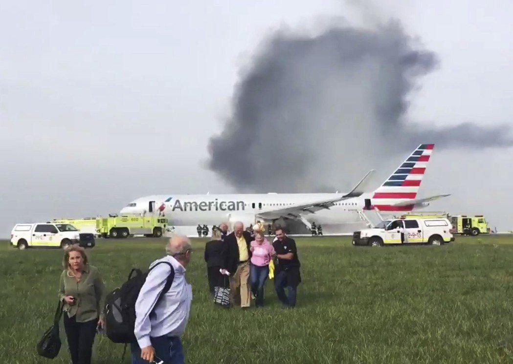 圖為前年美國航空班次383飛機著火事故畫面,許多乘客自行步出機艙逃生。 美聯社